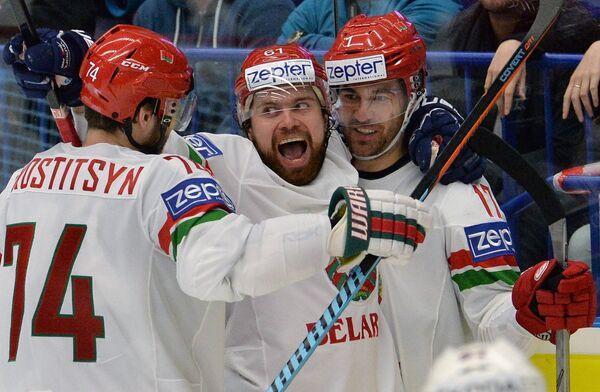 Хоккеисты сборной Белоруссии Сергей Костицын, Андрей Степанов и Алексей Калюжный (слева направо) радуются забитой шайбе