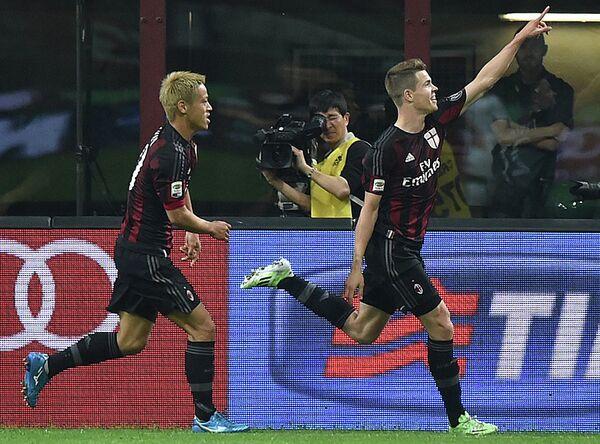 Полузащитники итальянского Милана Кейсуке Хонда и Марко ван Гинкел (слева направо)