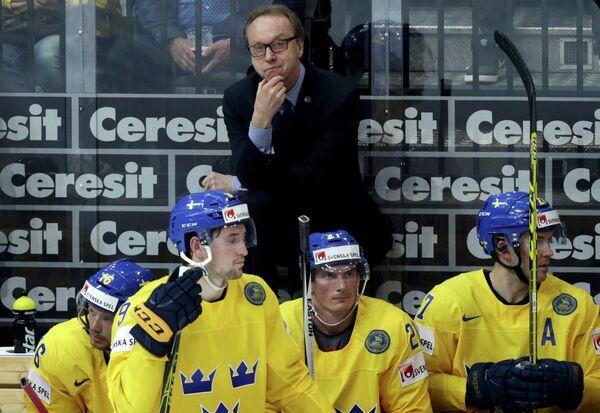 Главный тренер сборной Швеции по хоккею Пер Мортс (на заднем плане)