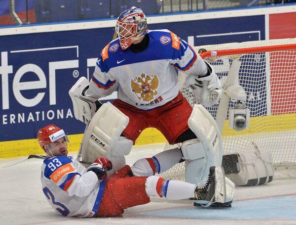Защитник сборной России Виктор Антипин (слева) и вратарь сборной России Сергей Бобровский