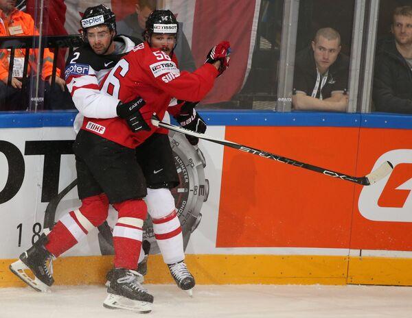 Защитник сборной Канады Дэн Хэмьюс (слева) и нападающий сборной Швейцарии Дино Визер