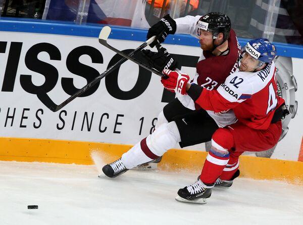Защитник сборной Латвии Александр Ерофеев (слева) и форвард сборной Чехии Петр Коукал