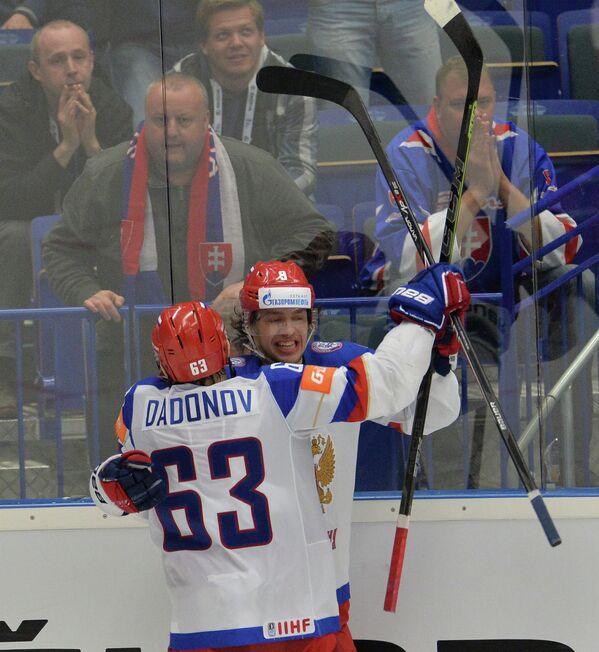 Хоккеисты сборной России Евгений Дадонов (слева) и Артемий Панарин