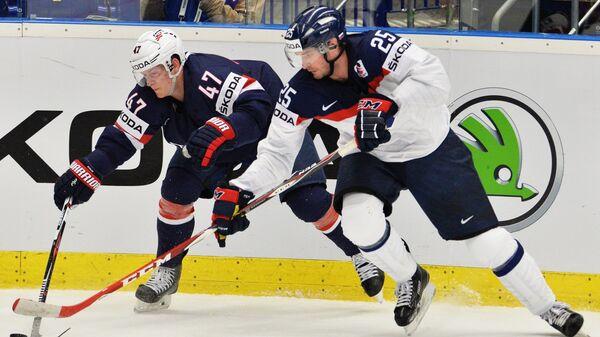 Защитник сборной США Тори Круг (слева) и форвард сборной Словакии Марек Веденски