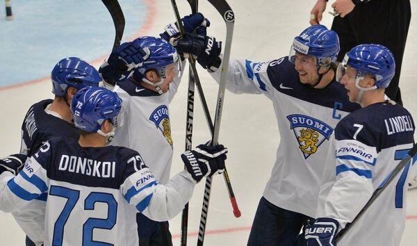 Хоккеисты сборной Финляндии радуются забитой шайбе