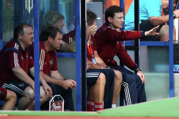 Главный тренер юношеской сборной России по футболу Михаил Галактионов (справа)
