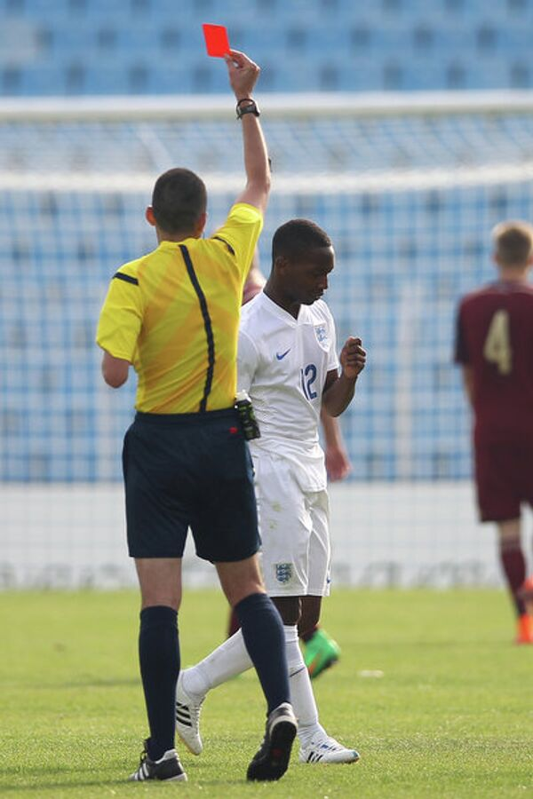 Нападающий юношеской сборной Англии Тайо Эдун (в белой форме)
