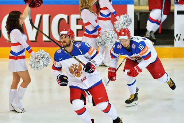 Нападающий сборной России Александр Овечкин (слева) и Сергей Плотников