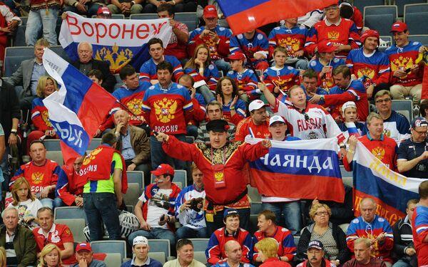 Болельщики сборной России во время матча 1/2 финала чемпионата мира по хоккею