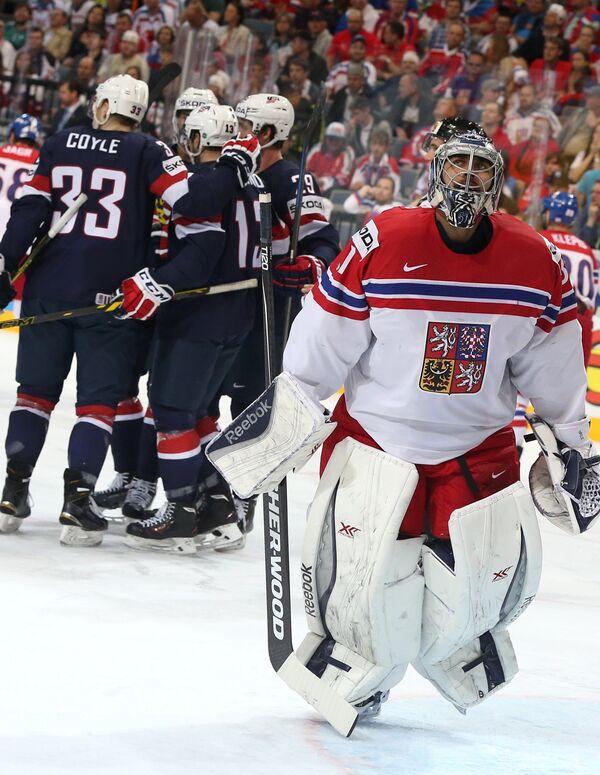 Вратарь сборной Чехии Ондржей Павелец и хоккеисты сборной США