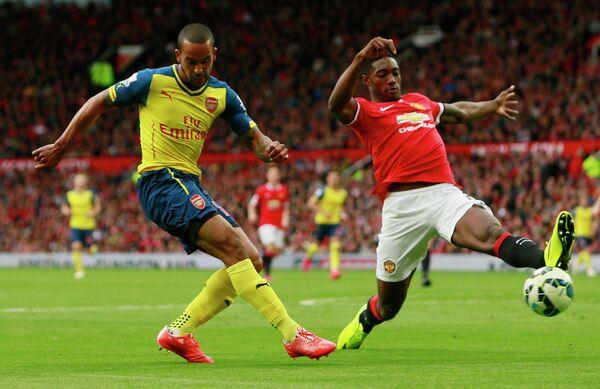Нападающий Арсенала Тео Уолкотт и защитник Манчестер Юнайтед Тайлер Блэкетт (слева направо)