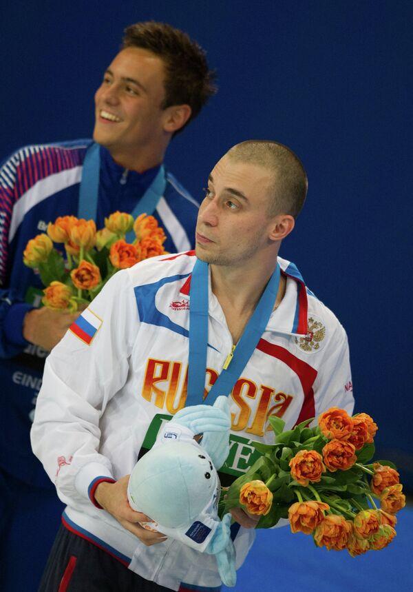 Россиянин Глеб Гальперин (на первом плане), завоевавший бронзовую  медаль в прыжках с 10-метровой вышки на чемпионате Европы по прыжкам в воду