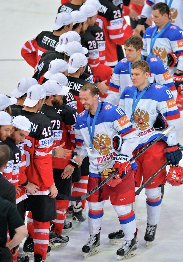 Хоккеисты сборных Канады и России
