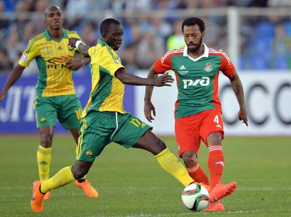 Полузащитник Локомотива Мануэл Фернандеш (справа) и полузащитник Кубани Мохаммед Рабиу
