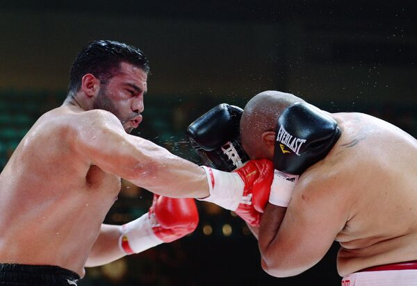 Боксеры Алекс Леапаи (справа) и Мануэль Чарр
