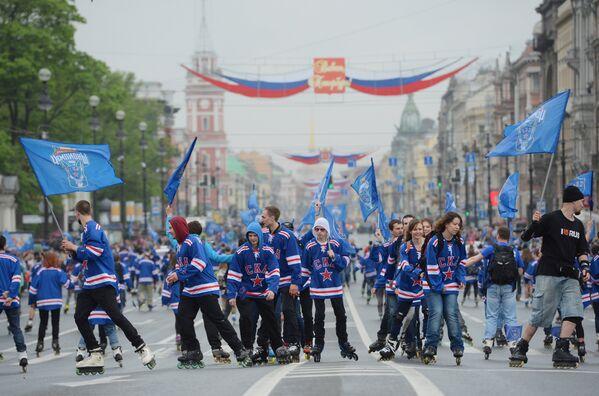 Болельщики клуба во время чествования хоккеистов и руководства хоккейного клуба СКА