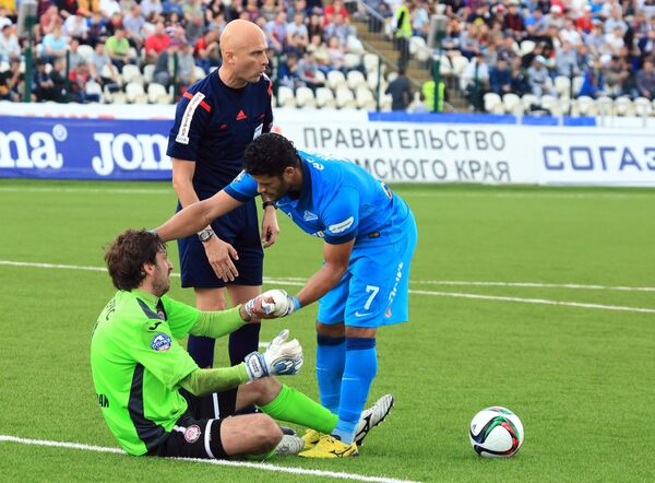 Вратарь Амкара Роман Герус, главный судья Сергей Карасев и нападающий Зенита Халк (слева направо)
