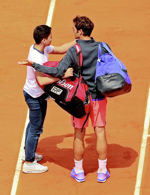 Болельщик, выбежавший на корт во время матча Открытом чемпионате Франции по теннису, чтобы сделать селфи с Роджером Федерером