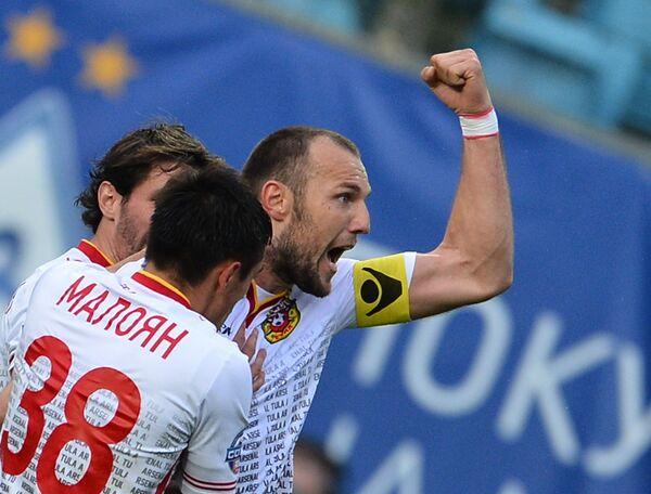 Игроки Арсенала Евгений Осипов, Артур Малоян (справа налево) радуются забитому мячу