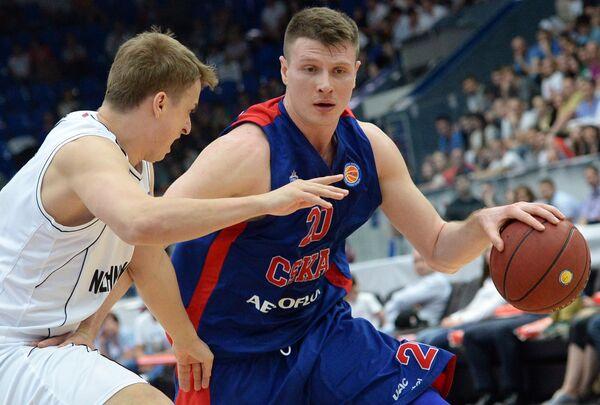 Защитник Нижнего Новгорода Дмитрий Хвостов (слева) и форвард ЦСКА Андрей Воронцевич