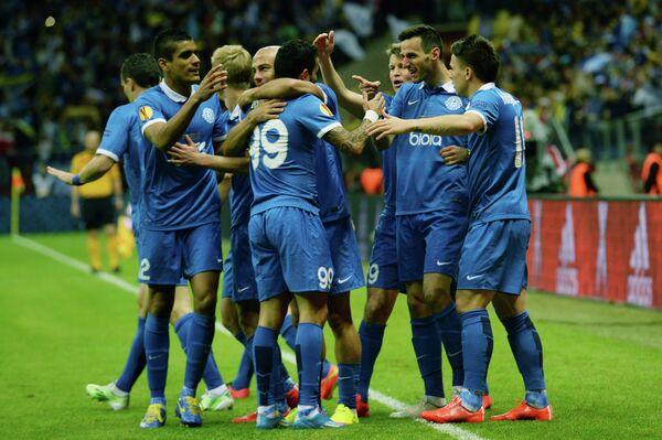 Футболисты Днепра радуются забитому голу