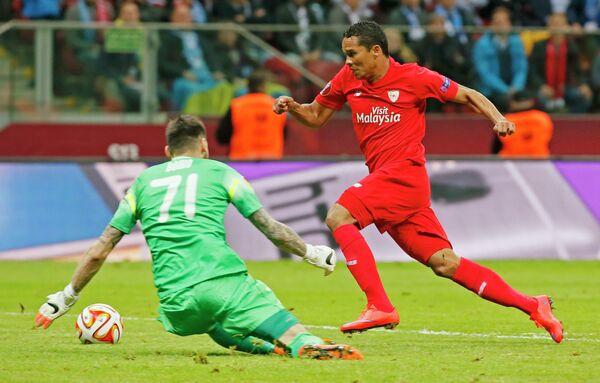 Вратарь Днепра Денис Бойко (слева) и форвард Севильи Карлос Бакка