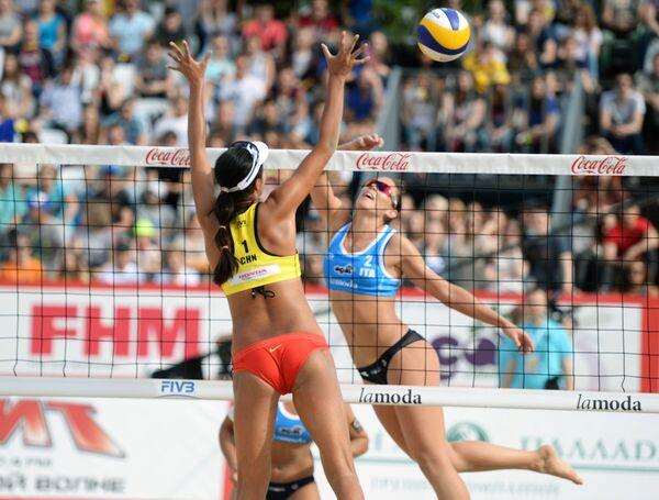 Игрок сборной Китая Ван Фань (слева) и игрок сборной Италии Виктория Орси Тот в матче за 3-е место женского турнира этапа Большого шлема по пляжному волейболу