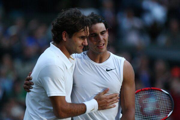 Испанский теннисист Рафаэль Надаль и швейцарец Роджер Федерер по окончании финального матча Уимблдонского турнира 2008 года