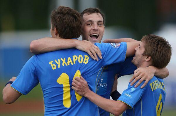 Футболисты Ростова Александр Бухаров, Артем Дзюба и Дмитрий Торбинский (слева направо) радуются забитому мячу