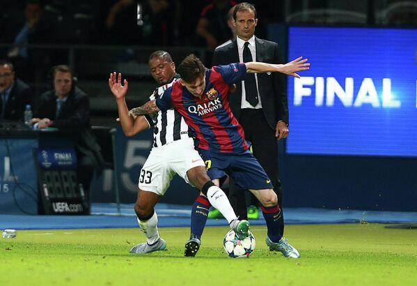 Защитник Ювентуса Патрис Эвра, нападающий Барселоны Лионель Месси (слева направо на первом плане)