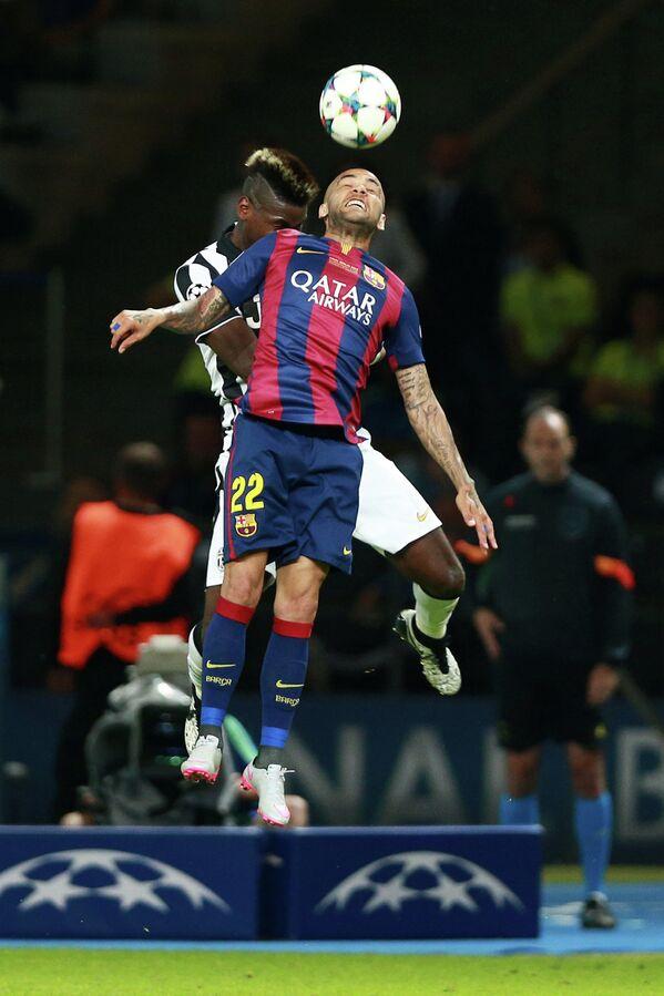 Защитник Барселоны Дани Алвес (на первом плане) и полузащитник Ювентуса Поль Погба