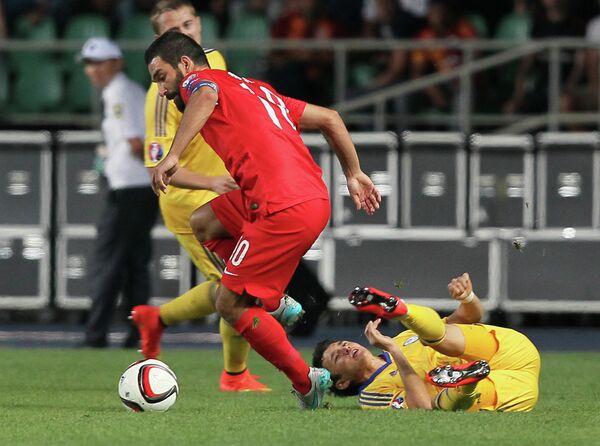 Полузащитник сборной Турции по футболу Арда Туран (в красном)