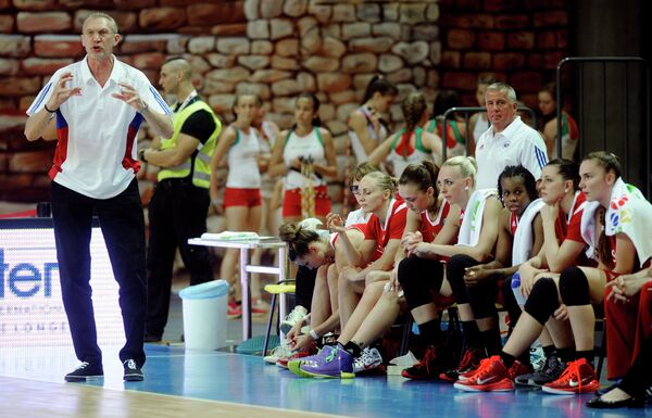 Главный тренер женской сборной России по баскетболу Анатолий Мышкин (слева)