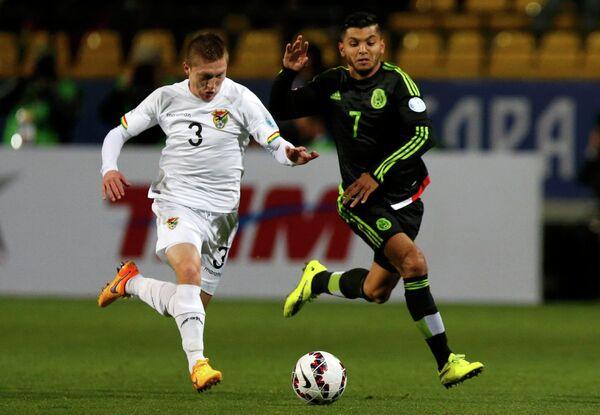 Полузащитник сборной Боливии Алехандро Чумасеро и форвард сборной Мексики Хесус Корона