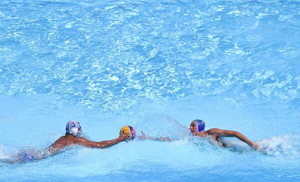 Игрок сборной России по водному поло Даниил Пронин (слева) и игрок сборной Украины Владислав Дулин