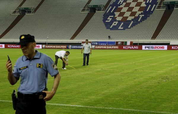 Полиция на футбольном поле в Сплите, где хорваты принимали сборную Италии, 12 июня 2015