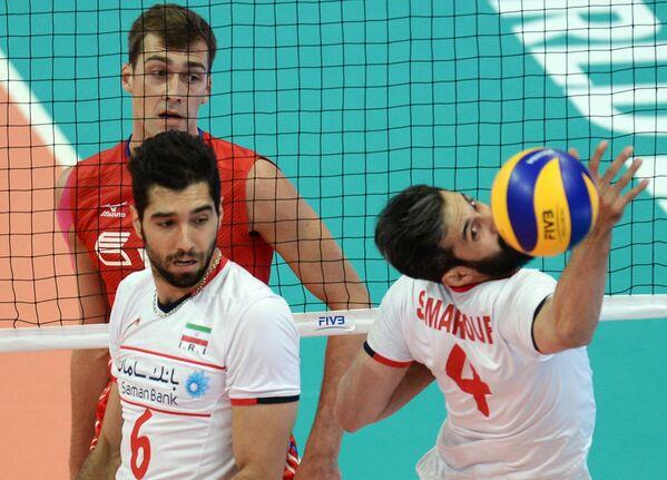 Волейболисты сборной Ирана Сайед Мусави и Саид Маруф, доигровщик сборной России Денис Бирюков (крайний слева)