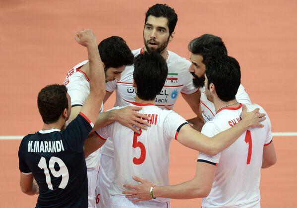 Волейболисты сборной Ирана радуются забитому мячу