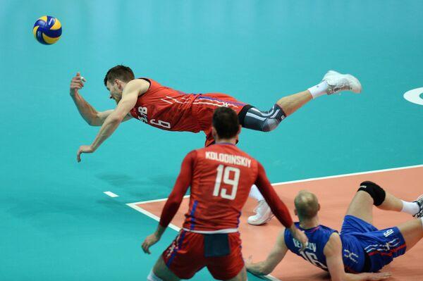 Волейболисты сборной России Евгений Сивожелез, Игорь Колодинский, Алексей Вербов (слева направо)