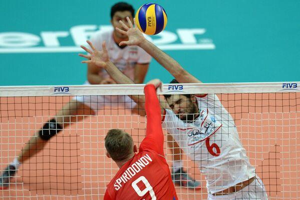 Доигровщик сборной России Алексей Спиридонов (на первом плане) и блокирующий сборной Ирана Сайед Мусави