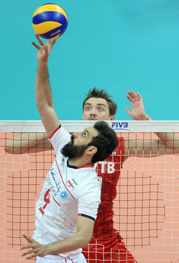 Связующий сборной Ирана Саид Маруф (на первом плане) и доигровщик сборной России Сергей Савин