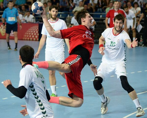 Игрок сборной России по гандболу Дмитрий Житников (в центре)