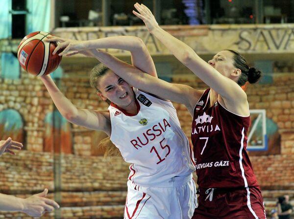 Центровая сборной России Мария Вадеева (слева) и форвард сборной Латвии Иева Кулите