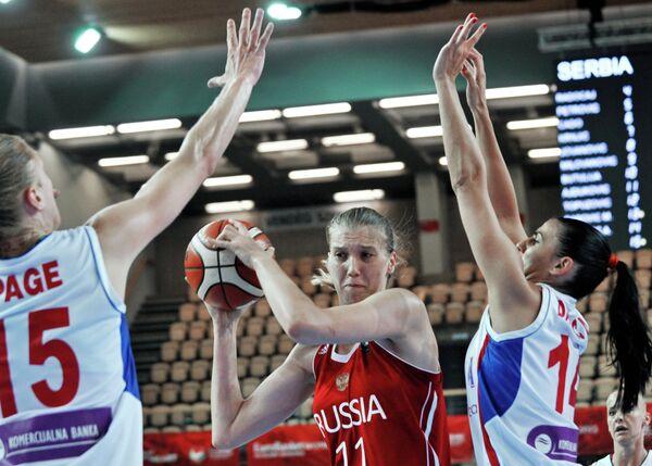 Центровая женской сборной России Наталья Виеру (в центре)