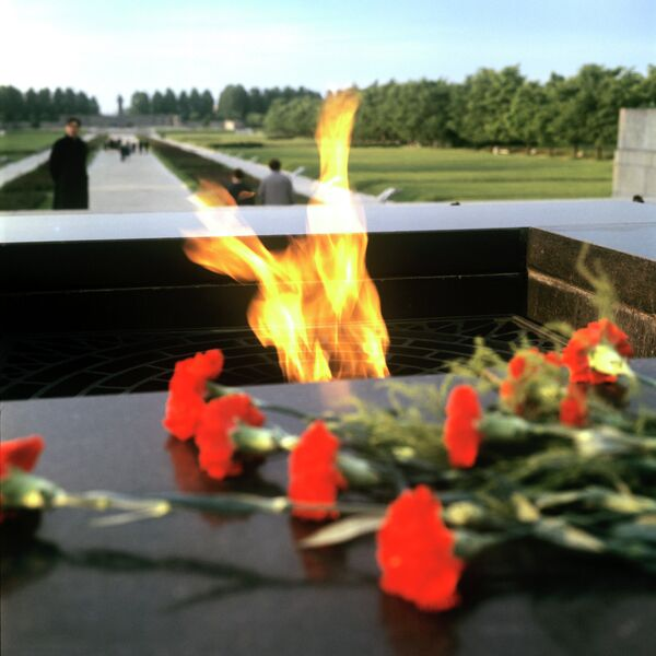 Вечный огонь на Пискаревском мемориальном кладбище