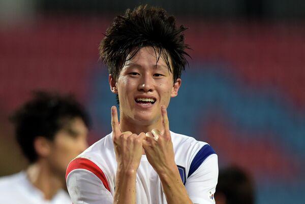 Полузащитник сборной Южной Кореи по футболу Ли Джэсон