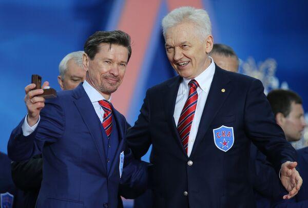 Вячеслав Быков (слева) и председатель Совета директоров, президент хоккейного клуба СКА Геннадий Тимченко
