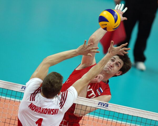 Блокирующий сборной Польши Пётр Новаковски (слева) и блокирующий сборной России Артем Вольвич