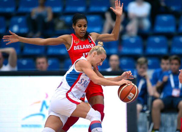 Игровой момент матча чемпионата Европы по баскетболу среди женщин между сборными Белоруссии и Сербии