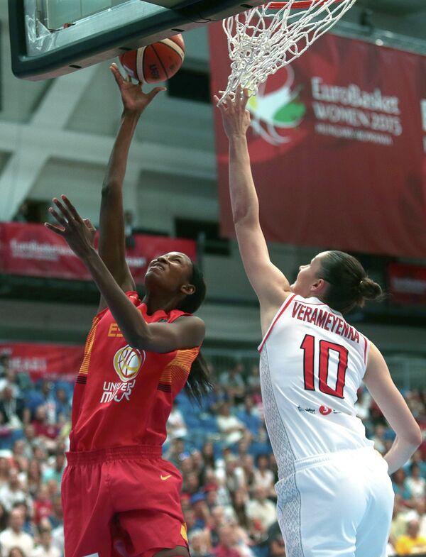 Центровая сборной Белоруссии Анастасия Веремеенко и баскетболистка сборной Испании Асту Ндур (справа налево)